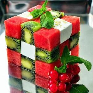 Salade de fruits en forme de rubik's cube